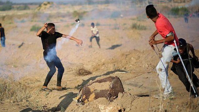 تصویر: معترضان فلسطینی در زدوخورد با نیروهای اسرائیلی در تظاهرات مرز غزه و اسرائیل، نزدیک محله «شجاعیه»، شهر غزه، ۲ اوت ۲۰۱۹. (Hassan Jedi/Flash90)
