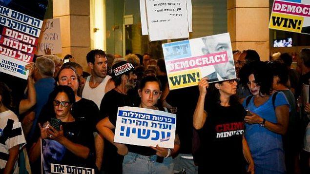تصویر: اسرائیلیها در تظاهرات علیه فساد نزدیک اقامتگاه آویخای مندلبیت دادستان کل در پتح تیکوا، ۱۷ اوت ۲۰۱۹. (Roy Alima/Flash90)