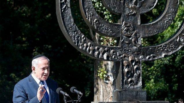 بنیامین نتانیاهو نخست وزیر حین سخنرانی در کنار رودخانه «بابی یار»، جایی که سربازان نازی هزاران یهودی را در جنگ جهانی دوم در کی-یف، اوکراین، کشتند، ۱۹ اوت ۲۰۱۹. (AP Photo/Efrem Lukatsky)