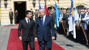 تصویر: «ولودیمیر زلینسکی»، رئیس جمهور اوکراین، چپ، میزبان نتانیاهو نخست وزیر در اقامتگاه رسمی خود در کی-یف، ۱۹ اوت ۲۰۱۹. (Amos Ben Gershom/GPO)
