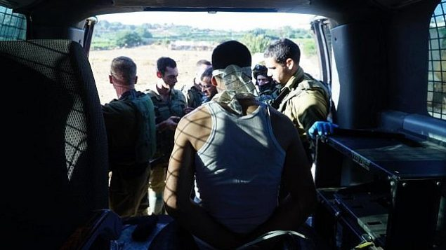 تصویر: یکی از مظنونان در قتل دویر سورک پس از دستگیری از سوی نیروی دفاعی در کرانه غربی، ۱۰ اوت ۲۰۱۹. (Israel Defense Forces)