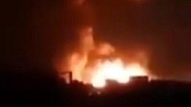 تصویر: عکس ویدئویی که ظاهرا حمله هوایی ۲۴ اوت ۲۰۱۹ اسرائیل به نیروهای تحت حمایت ایران در سوریه را نشان میدهد. (screen capture: Twitter)