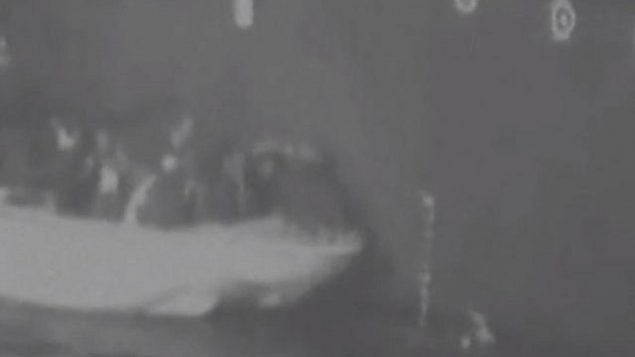 تصویر: عکسی از فیلمی که وزارت دفاع ایالات متحده در ۱۵ ژوئن ۲۰۱۹ منتشر کرد و حاکی است ایران در حال جداسازی مین منفجرنشده از نفتکشی در خلیج فارس است. (Department of Defense via CNN)