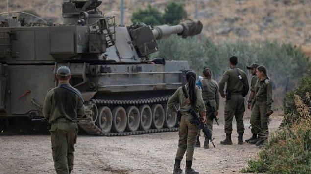 تصویر: سربازان اسرائیل در کنار یک تفنگ پیشرانه-سرخود توپخانه ای در نزدیکی مرز لبنان، خارج شهر «کیروات شمعونا»، ۳۱ اوت ۲۰۱۹. (Photo by JALAA MAREY / AFP)