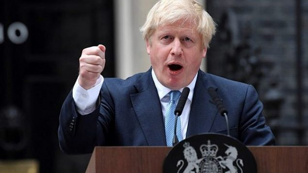 تصویر: «بوریس جانسون»، نخست وزیر بریتانیا حین ایراد بیانیه ای در مقابل ساختمان شماره ۱۰ خیابان داونینگ، مرکز لندن، ۲ سپتامبر ۲۰۱۹. (Ben STANSALL / AFP)