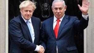 تصویر: بوریس جانسون، نخست وزیر بریتانیا، چپ، حین خوشامدگویی به بنیامین نتانیاهو نخست وزیر اسرائیل، بیرون ساختمان شماره ۱۰ خیابان داونینگ در مرکز لندن، ۵ سپتامبر ۲۰۱۹.  (DANIEL LEAL-OLIVAS / AFP)
