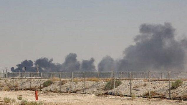 تصویر: دود از تاسیسات نفتی آرامکو در بقیق، ۶۰ کیلومتری (۳۷ مایل) جنوب غربی ظهران در استان شرقی عربستان سعودی بهوا برخاسته است، ۱۴ سپتامبر ۲۰۱۹. (AFP)