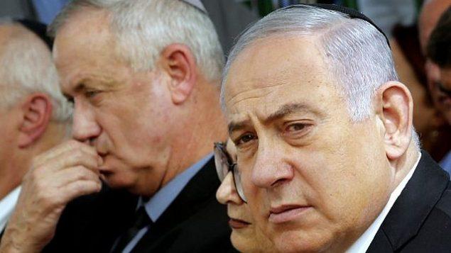 تصویر: «ایشتر هیوت»، رئیس دیوان عالی، وسط، و در دو سویش بنیامین نتانیاهو نخست وزیر، راست، بنی گانتز، رهبر حزب «آبی و سفید»، چپ، در مراسم یادبود شمعون پرس، رئیس جمهور فقید اسرائيل، تپه هرتصل، اورشلیم، ۱۹ سپتامبر ۲۰۱۹. (GIL COHEN-MAGEN / AFP)