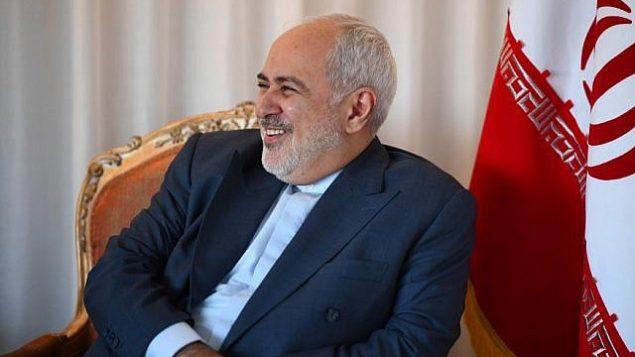 تصویر: «محمدجواد ظریف» وزیر خارجه ایران، لبخند بر لب، حین ملاقات «ژان-ایو لودریان» وزیر خارجه فرانسه (در عکس دیده نمیشود)، ۲۲ سپتامبر ۲۰۱۹، شهر نیویورک. (Johannes EISELE / AFP)