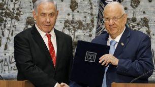 تصویر: رئوبن ریولین، راست، در کنفرانس مطبوعاتی در اورشلیم، اقامتگاه ریاست جمهوری، مسؤولیت تشکیل دولت تازه را به بنیامین نتانیاهو میسپارد، ۲۵ سپتامبر ۲۰۱۹. (Menahem Kahana/AFP)