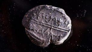 تصویر: یک مُهر کوچک سفالی از قرن هفتم پیش از میلاد که روی آن نوشته «متعلق است به آدونیاهو، مباشر سلطنتی»، اخیرا در پروژه غربالگری شهر داود، که از خاکی که از زیر طاق رابینسون تخلیه شده، کشف شد. (Eliyahu Yanai/Courtesy City of David)
