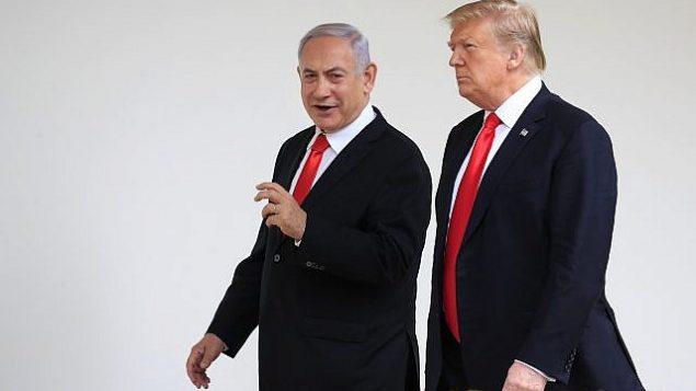 تصویر: دونالد ترامپ رئیس جمهور ایالات متحده، راست، و میهمان او، بنیامین نتانیاهو نخست وزیر اسرائیل از کنار ردیف ستونهای بنای کاخ سفید واشنگتن میگذرند، ۲۵ مارس ۲۰۱۹. (Manuel Balce Ceneta/AP)