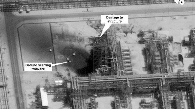 تصویر: تصویری که در ۱۵ سپتامبر ۲۰۱۹ از سوی دولت ایالات متحده و دیجیتال گلوب ارائه، و از سوی منبع عکس حاشیه-نویسی شد، آسیبی که به زیرساختهای آرامکوی سعودیها در میدان نفتی «خریص» و «بوکیوم»، عربستان سعودی، وارد شده را نشان میدهد. (US government/Digital Globe via AP)