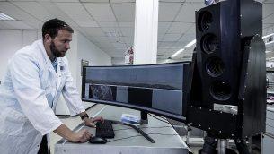 تصویر: در عکسی از ۹ سپتامبر ۲۰۱۹، «آریل گومز»، از مهندسین سیستمها در صنایع هوافضای اسرائیل، حین کار بر روی پاپ-استار سیستم، در صنایع هوافضای اسرائیل، شهر «یهود». (AP Photo/Tsafrir Abayov)