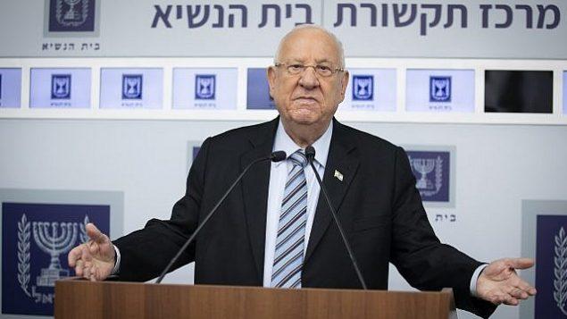 تصویر: پرزیدنت رئوبن ریولین در اقامتگاه ریاست جمهوری در اورشلیم، ۲۳ سپتامبر ۲۰۱۹، پس از جلسات مشاوره با رهبران سیاسی بر سر گزینش کسی که دولت تجدید را تشکیل دهد. (Hadas Parush/Flash90)