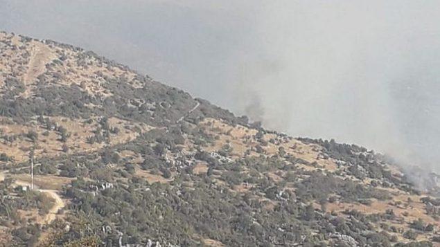 تصویر: دود از آتشی که توسط اسرائیل در نزدیکی ناحیه مورد مناقشهٔ کوه کبوتر در امتداد مرز اسرائیل و لبنان ایجاد شد، بلند میشود، ۱ سپتامبر ۲۰۱۹. (Twitter)