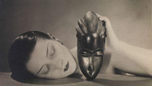 مان ری، سفید و سیاه، ۱۹۶۲1926 © Man Ray 2015 Trust / ADAGP، پاریس ۲۰۱۹ هنرگردان موزه عکاسی اسرائیل، نوآم گال، در مقابل پرتره گلوریا سوانسون، از ادوارد استایخن، در ورودی نمایشگاه «عشق عصر مدرن» ایستاده است.  (Elie Posner and Laura Lachman)