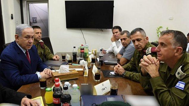 تصویر: بنیامین نتانیاهو نخست وزیر، چپ، ۱۰ سپتامبر ۲۰۱۹، به همراه فرماندهان امنیتی در مقر نیروی دفاعی تل آویو، ساعاتی پس از حمله راکتی به اشدود که وی را واداشت در میانهٔ تجمع انتخاباتی به پناهگاه بشتابد.  (Ariel Hermoni/Defense Ministry)