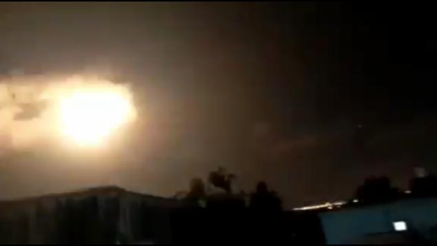 تصویر: انفجار نور، ظاهرا ناشی از خودانفجاری موشک دافع گنبد آهنین، آسمان شب را در شمال نوار غزه غرق نور کرد، ۱۱ سپتامبر ۲۰۱۹. (Screen capture: Twitter)