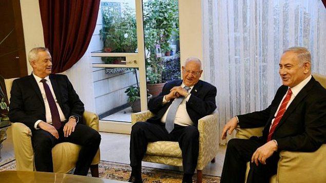 تصویر: پرزیدنت رئوبن ریولین در ملاقات با بنیامین نتانیاهو نخست وزیر و رهبر حزب «آبی و سفید»، بنی گانتز در اقامتگاه ریاست جمهوری در اورشلیم، ۲۳ سپتامبر ۲۰۱۹. (Haim Zach/GPO )