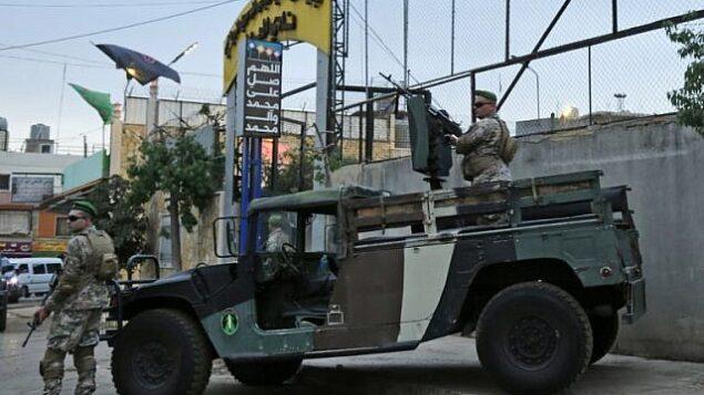تصویر: نیروهای امنیتی لبنانی حین نگبهانی از ورودی استادیوم العهد، حومه جنوب بیروت، در بازدید ۱ اکتبر ۲۰۱۸، که از سوی وزیر خارجه لبنان برای سفرای کشورهای خارجی برگزار شد تا اتهامات اسرائیل مبنی وجود پایگاههای موشکی مخفی متعلق به حزب الله در اطراف پایتخت کشور تکذیب شود. (AFP PHOTO / ANWAR AMRO)