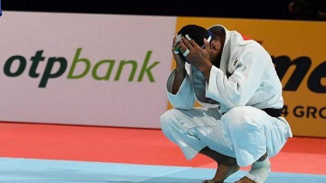 تصویر: عکس العمل «سعید مولایی»، جودوکار ایرانی پس از باخت به «ماتیاس کاس»، رقیب بلژیکی در رقابتهای مردان زیر ۸۱ کیلوگرم مسابقات جهانی ۲۰۱۹ جودو در توکیو، ژاپن، ۲۸ اوت ۲۰۱۹.  (Charly Triballeau/AFP)