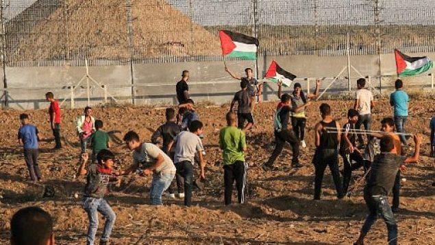 تصویر: شورش فلسطینیان پای حصار مرزی میان نوار غزه و اسرائیل، شرق شهر غزه، ۱۱ اکتبر ۲۰۱۹.  (Said Khatib/AFP)