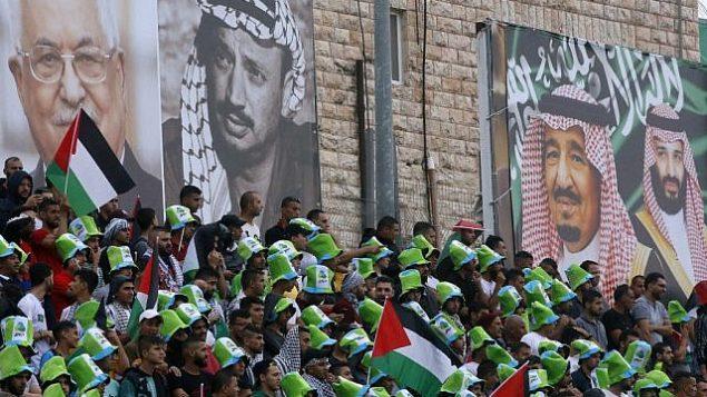 هواداران فلسطینی فوتبال در استادیوم برای تماشای مسابقات مقدماتی جام جهانی ۲۰۲۲ آسیا میان فلسطینیان و عربستان سعودی در شهر الرام، کرانه باختری، ۱۵ اکتبر ۲۰۱۹ صف کشیده اند. (HAZEM BADER/AFP)