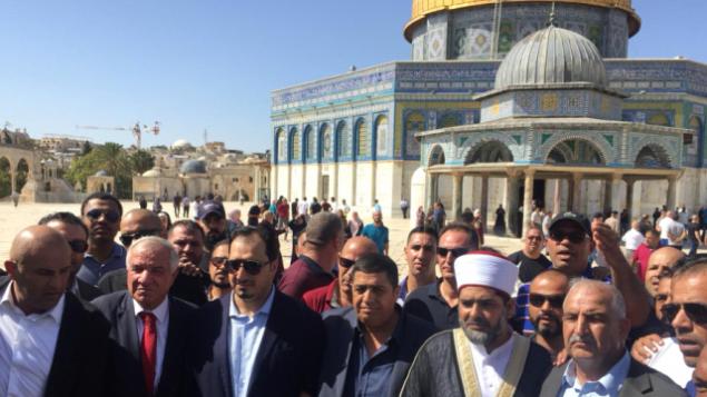 تصویر: اعضای تیم فوتبال عربستان سعودی بهمراه مقامات فلسطینی هنگام بازدید از مسجد الاقاصا در تپه معبد مقدس اورشلیم.  (WAFA Images)