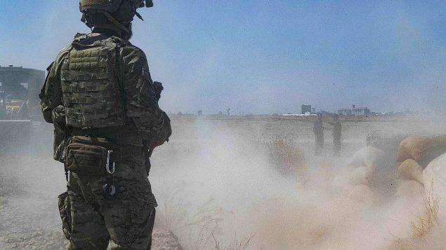 تصویر: در عکسی از ۲۱ سپتامبر ۲۰۱۹ که ارتش ایالات متحده منتشر کرده، یک سرباز ایالات متحده حین نظارت بر «نیروهای سوریه دموکراتیک» در حال انهدام باروهای رزمنده های کورد که جزو ناحیه ای که ظاهرا «منطقه امن» و در نزدیکی مرز ترکیه است. (U.S. Army/Staff Sgt. Andrew Goedl via AP)