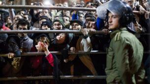 تصویر: در عکسی از ۲۶ مه ۲۰۱۹، در قزوین، ۸۰ مایلی (۱۳۰کیلومتر) غرب تهران، جسد مهدی فرجی، مرد محکوم به اعدام، از طناب دار آویخته است. دهها تن از کسانی که در ایران به دلیل جرائمی که پیش از ۱۸ سالگی مرتکب شده اند در خطر اعدام قرار دارند. (AP Photo/Mehr News Agency, Hamideh Shafieeha,)