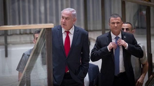 تصویر: بنیامین نتانیاهو نخست وزیر و «یولی ادلشتین» ریاست کنست، حین ورود برای شرکت در مراسم مشترک کنست و کنگره ایالات متحده در بزرگداشت پنجاهمین سالگرد یکپارچگی اورشلیم، در سالن «شاگال» کنست، ۷ ژوئن ۲۰۱۷. (Yonatan Sindel/ Flash90)