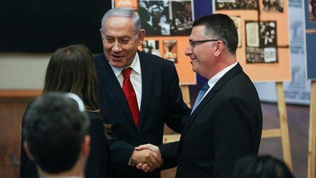تصویر: بنیامین نتانیاهو نخست وزیر حین دست-دادن با «گیدون سعار»، نامزد لیکود، هنگام ورود به مرکز میراث فرهنگی مناخیم بگین برای شرکت در جلسه لیکود، ۱۱ مارس ۲۰۱۹. (Yonatan Sindel/Flash90)