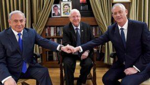 تصویر: پرزیدنت رئوبن ریولین با بنیامین نتانیاهو و بنی گانتز رهبر «حزب آبی و سفید» در اقامتگاه ریاست جمهوری، اورشلیم، ۲۳ سپتامبر ۲۰۱۹. (Haim Zach/GPO )