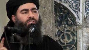تصویر: ابوبکر البغدادی حین برگزاری مراسمی در «مسجد النوری» موصل، عراق، ظاهرا اولین باری که در انظار عمومی ظاهر شد، ۵ ژوئیه ۲۰۱۴. (AP Photo/Militant video, File)
