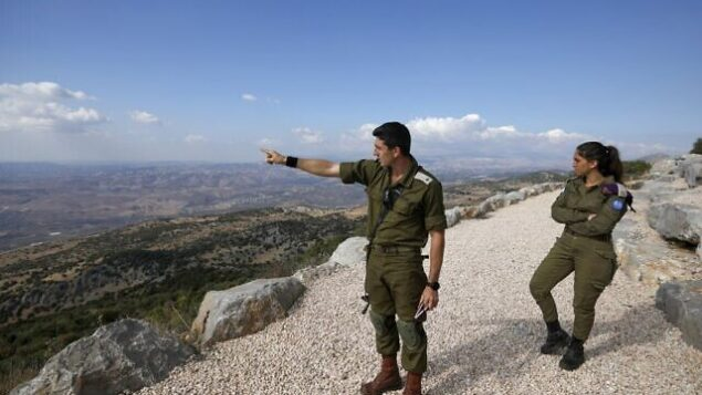 تصویر: «ساموئل بوجینا» سرباز ارتش اسرائل، وسط، حین توضیح زدوخورد میان اسرائیل و لبنان برای روزنامه نگاران خارجی در پایگاه نظامی «حار داو» در تپه حرمون، از پاسگاههای استراتژیک و مستحکم گذرگاهی میان اسرائیل و لبنان، و سوریه، ۳۰ اکتبر ۲۰۱۹. (JALAA MAREY/AFP)
