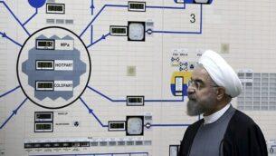 تصویر: در عکسی از ۱۳ ژانویه ۲۰۱۵ که دفتر ریاست جمهوری ایران منتشر کرده، حسن روحانی رئیس جمهوری ایران، از نیروگاه اتمی بوشهر، حومه شهر بوشهر، ایران، دیدن میکند.  (AP Photo/Iranian Presidency Office, Mohammad Berno)