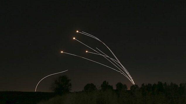 تصویر: سامانه دفاع هوایی گنبد آهنین در ۴ مه ۲۰۱۹، راکتهایی از غزه به اطراف شهر سدروت اسرائیل را دفع میکند. (AP/Ariel Schalit)