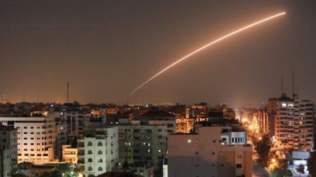 تصویر: صبح چهارشنبه ۱۳ نوامبر ۲۰۱۹، با بصدا درآمدن آژیر حملهی هوایی در سدروت، جنوب اسرائیل، مردم در پناهگاهها پناه گرفته اند. (AP Photo/Ariel Schalit)