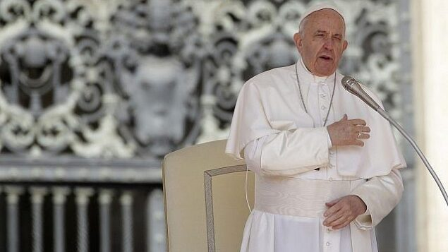تصویر: پاپ فرانسیس حین صلیب-کشیدن به خود، در مراسم عمومی هفتگی در میدان سنت پتر، واتیکان، ۸ مه ۲۰۱۹. (AP Photo/Alessandra Tarantino)