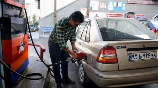 تصویر: ایرانیها در یک پمپ بنزین در تهران، باک بنزین اتوموبیلهای خود را پر میکنند، ۱۵ نوامبر ۲۰۱۹. (STR / AFP)