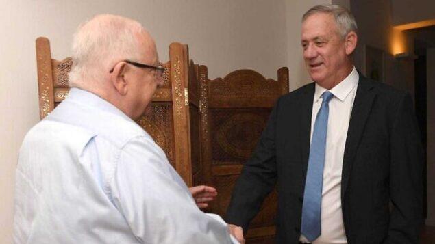 تصویر: پرزیدنت رئوبن ریولین، چپ، و بنی گانتز رهبر «آبی و سفید» حین ملاقات در اقامتگاه ریاست جمهوری در اورشلیم، ۱۶ نوامبر ۲۰۱۹. (Mark Neiman/GPO)
