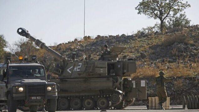 تصویر: ۱۹ نوامبر ۲۰۱۹، پس از دفع چهار راکتی که از کشور همسایه، سوریه، پرتاب شد، هویتزر خودکار ام۱۰۹ در نزدیکی مرز با سوریه در بلندیهای جولان که به انضمام اسرائیل درآمده، کار گذاشته شده. (JALAA MAREY / AFP)
