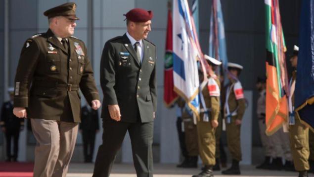 تصویر: رئیس ستاد مشترک ایالات متحده، «مارک مایلی»، چپ، و رئیس ستاد مشترک نیروهای دفاعی اسرائیل، سپهبد آویو کوهاوی، راست، در مراسمی در مقر نیروی دفاعی در تل آویو، ۲۴ نوامبر ۲۰۱۹. (IDF)