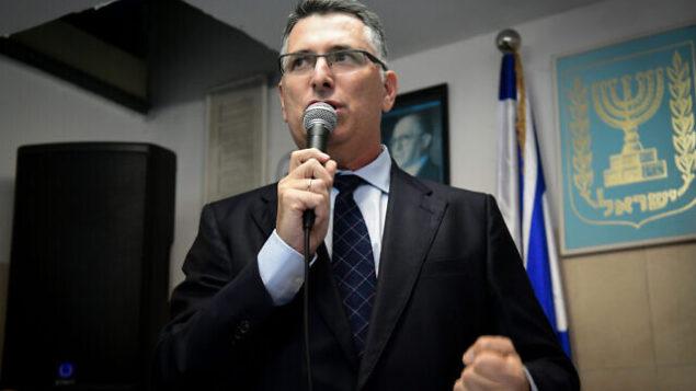 تصویر: گیدون سعار، عضو کنست از «لیکود» بهمراه حامیان حزبی خود در مراسم در «حاد حاشارون»، ۲۵ نوامبر ۲۰۱۹. (Yossi Zeliger/Flash90)