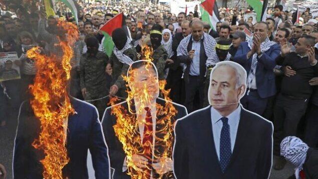 تصویر: روز ۲۶ نوامبر ۲۰۱۹، معترضین فلسطینی پوسترهای مقوایی دونالد ترامپ رئیس جمهور ایالات متحده، مایک پمپئو وزیر خارجه، و بنیامین نتانیاهو نخست وزیر را در تظاهراتی در مرکز شهر نبولوس، کرانه باختری، آتش زدند. (Photo by Jaafar ASHTIYEH / AFP)