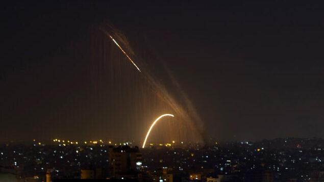 تصویر: راکتها از نوار غزه به سمت اسرائیل پرتاب میشوند، ۱۳ نوامبر ۲۰۱۹. (AP Photo/Khalil Hamra)