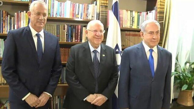 تصویر: بنی گانتز، چپ، رئوبن ریولین، وسط، و بنیامین نتانیاهو حین ملاقات در اقامتگاه ریاست جمهوری، ۲۳ سپتامبر ۲۰۱۹. (Screen capture/GPO)