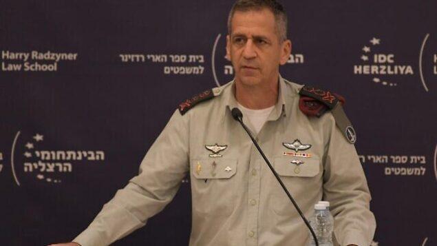 تصویر: آویو کوخاوی رئیس ستاد نیروی دفاعی حین سخنرانی در مراسم یادبود «آمون لیپکین-شاهاک، رئیس پیشین نیروی دفاعی در مرکز بینارشته ای، هرتصلیه، ۲۵ دسامبر ۲۰۱۹. (Israel Defense Forces)