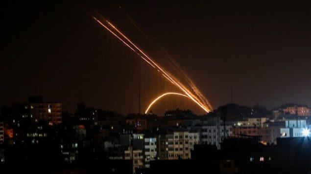 تصویر تزئینی: راکتهایی که ۱۳ نوامبر ۲۰۱۹ از غزه به سمت اسرائیل پرتاب شده اند. (Anas Baba/AFP)